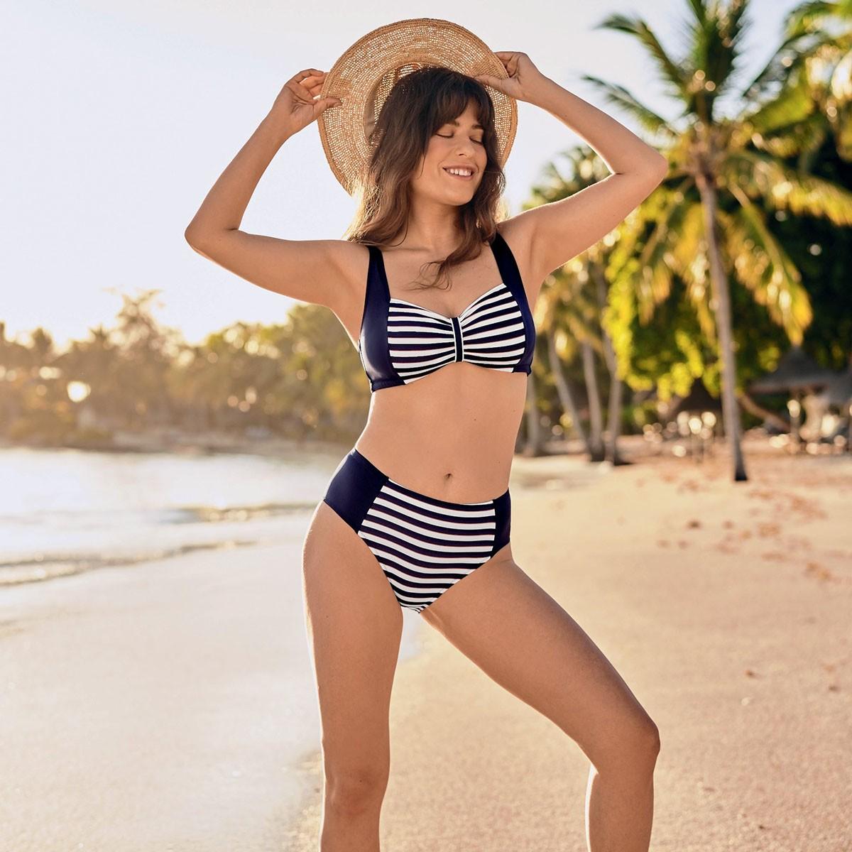 Selena Bikini 8420